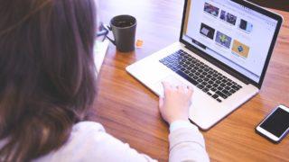 パソコンでブログを書く主婦